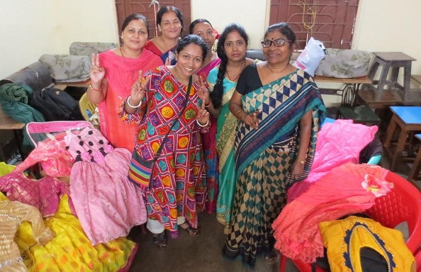 「服の仕立てコース」の生徒たち。横に置いてあるのは彼女たちが作った洋服。古い型のミシンで作る(コルカタ)