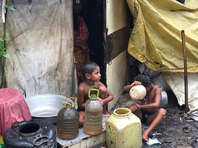 コルカタ市内のスラム「パークサーカス」で生活する子どもたち。ティルジャラ・シェッドはここで学校を運営する