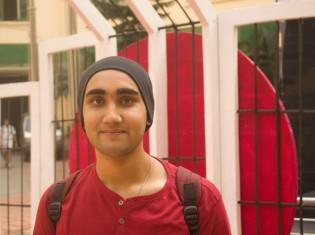 コルカタ大学2年生のバッタチャリアさん。コルカタ大学前で撮影(バッタチャリアさん提供)