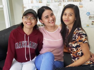 フィリピン・セブ州マクタン島の語学学校で英語教師をする女性たち。中央がウェルビーさん