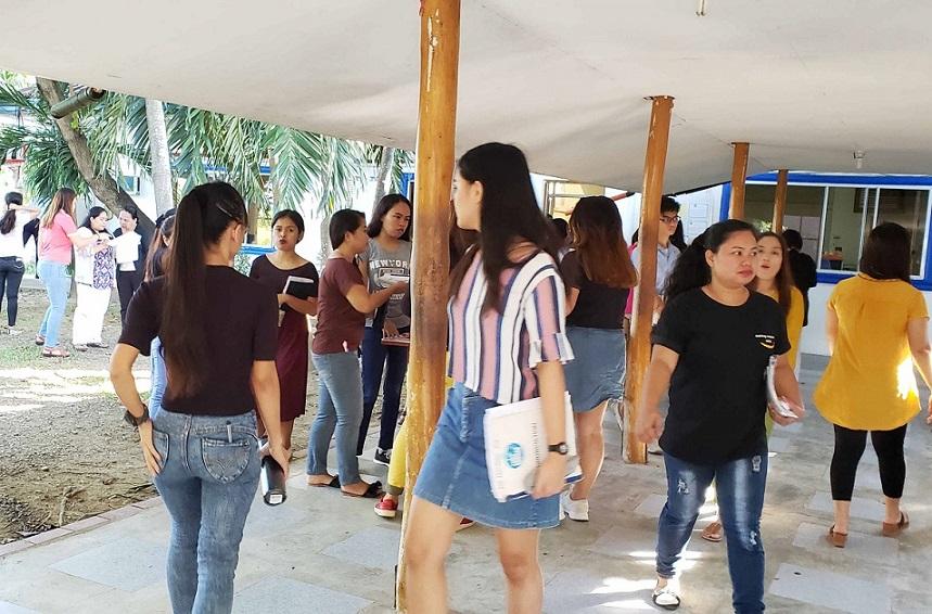 朝礼では、大勢の英語教師たちが中庭に集まる。若い女性が多い