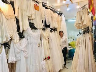 白い服が印象的な「ラニャ•バイ•シンディ」とマネージャーを務めるダリンさん