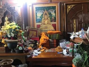 ①テープナラント寺でモンチャイ僧侶がいつも座る場所。多くの出稼ぎ労働者がここに相談に来る(サムットサコーン県マハチャイ)