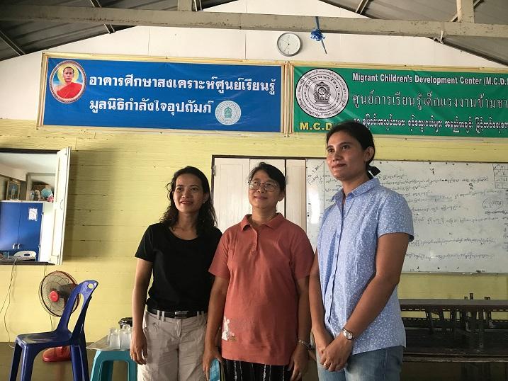 境内にある学習センターで教える先生たち。中央は校長(サムットサコーン県マハチャイのテープナラント寺)
