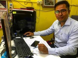 ザンソウハタイクさん(33歳)。ミャンマー人労働者の権利を保護するNGO「マイグラント・ワーカズ・ライツ・ネットワーク (MWRN)」の副代表。MWRNのオフィスで作業中、取材に応じてくれた。