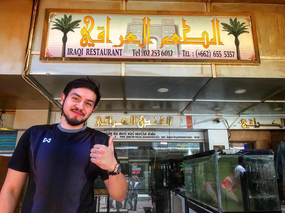 イラク・レストラン・バンコクの看板。タイ・バンコクにある高架鉄道(BTS)ナナ駅から徒歩10分のアラブ人街に店がある。立っているのは2代目経営者のアナン・コシサギさん