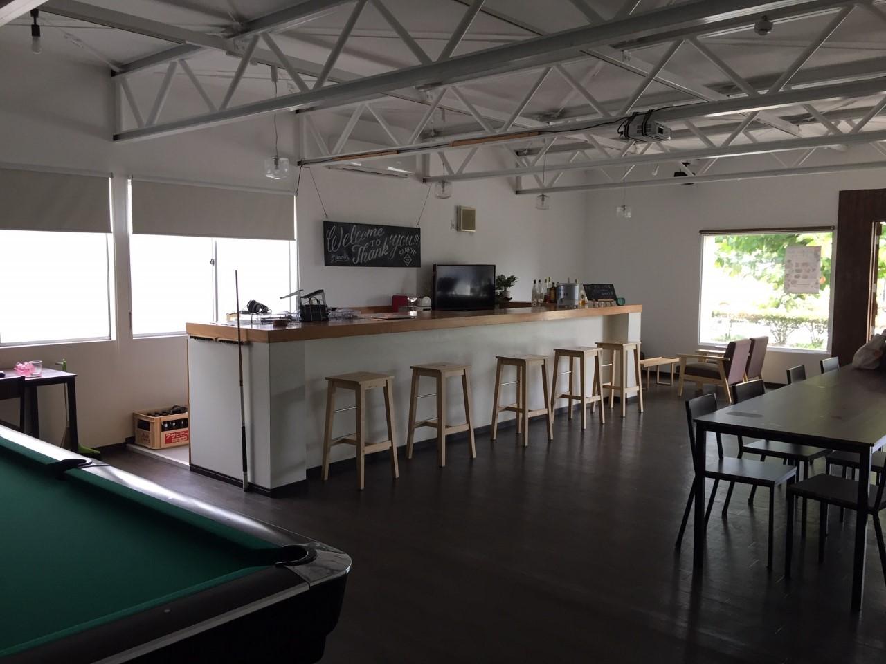 ジャミンのオフィス。1階にはビリヤード台やバーカウンターが設置してある。毎週金曜日の夜はバーとして地域に開放する