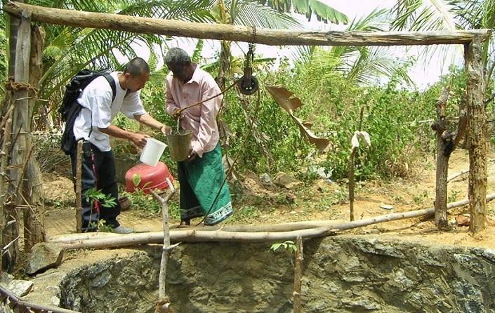 スリランカの村で水質調査をする西田さん(2005年)