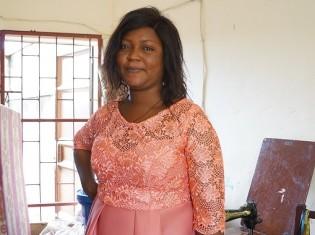 西アフリカ・ベナンのコトヌーで人気の仕立屋「ミス・クレア・ファッション」を営むドボノ・フロンセアさん。オレンジ色のドレスが印象的