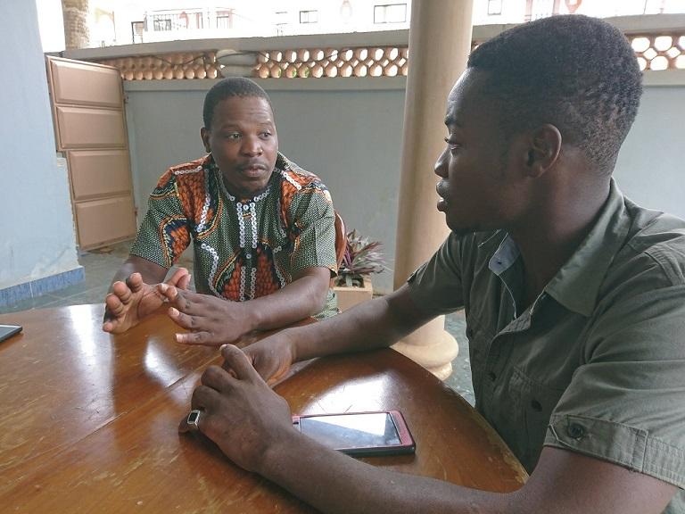 取材を受けるパピサック17(左)。右は、英語とフランス語の通訳をするカミールさん(ベナン・アボメカラビで撮影)