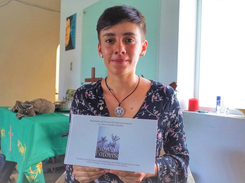 写真エッセー「プロジェクト・フォトボス」を手にするパウラ・フェルナンデスさん
