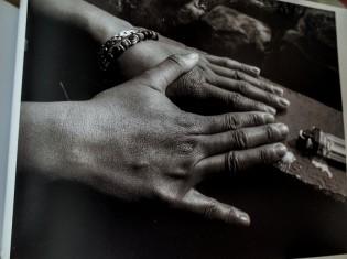 男女が手と手を取り合って、新たな一歩を踏み出そうとすることを表現した写真(プロジェクト・フォトボスから)