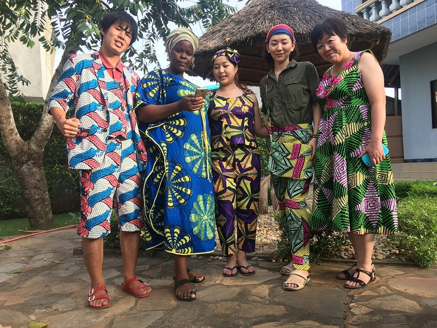 ベナンの布(パーニュ)で服を仕立てた参加者たち。こんな服を着るだけで気持ちが明るくなりそうです。日本でもぜひ着たい