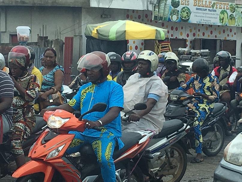 ベナン・コトヌーの街中。バイクだらけ。バイクの専用レーンもあるなど、進歩的です。意外(?)と渋滞しています