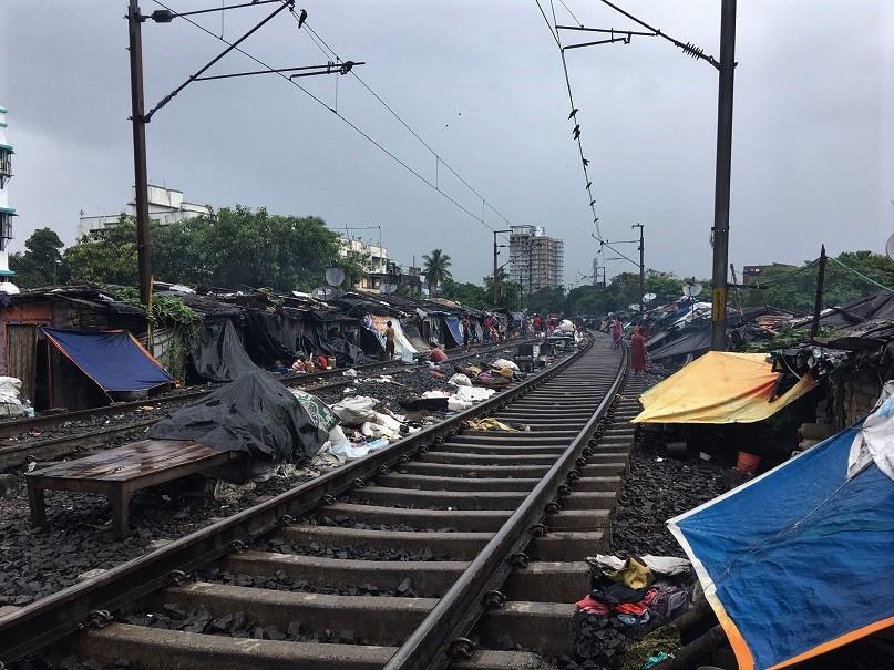 線路沿いに広がるスラム。2019年夏の『Global Media Camp in インド』ではここも取材した