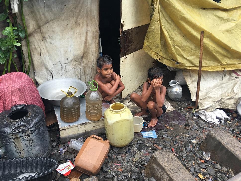 線路沿いのスラムに住む子どもたち。こうした現実を知らずに日本で生き続けていいのか、見て見ぬふりをするのか。記事を書いて広めることも国際協力のひとつ