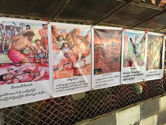寺の壁に掲げられた教え。殺人、盗み、うそをつくなどの不徳を犯すと地獄で罰せられる、と子どもたちに伝える(タイ・メーソット郊外のグリーンアイランド)