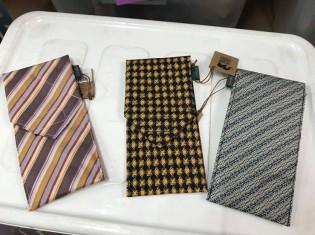 ユニークな発想が目を引く、ネクタイからできた眼鏡ケース