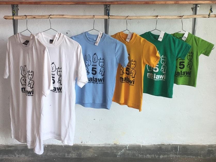 徳竹さんがデザインした「スモール・ファイブ」Tシャツ。生地にはマラウイ産のコットンを使う