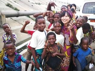 2019年8月にソホヌーさんの友人が運営する教育NGOの活動視察に訪れた倉科さん(写真中央)。子どもたちが帰り際に「ありがとう」と日本語で繰り返し言いながらついてきた(アボメカラビ)