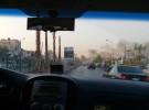 ベイルートの空港へ向かう道では黒煙があがっていた
