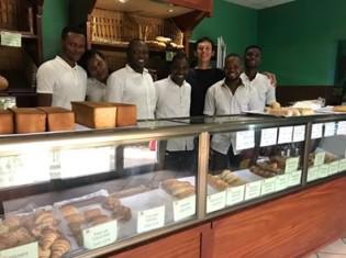 リンの接客スタッフと綿貫さん。店内には美味しそうなパンが並ぶ(ベナン・コトヌー)