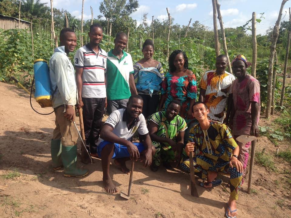 青年海外協力隊時代に一緒に活動していた野菜農家グループと綿貫さん