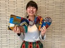 「jam tun(ジャムタン)」ブランドを立ち上げた田賀朋子さん。手に持つのはアフリカ布の切れ端を使ったポーチと鍋つかみ
