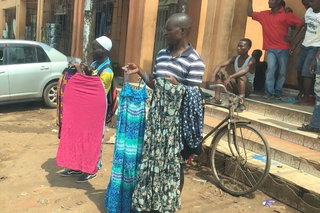スモールビジネスをする若者。リロングウェの路上で、信号待ちをする車の運転手にも商品を売り込む