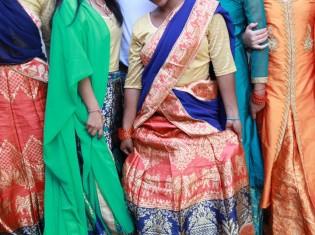 ティージで新しいサリーを着たシェルターの女の子たち(ネパール・カトマンズ)