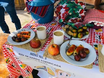 祭りで振る舞われたメニューのひとつ「アトル+タマリート+リンゴとホコテ」(グアテマラ・ウスパンタン)