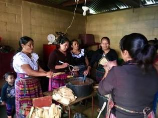 小学校に併設する調理場で軽食を作る児童の母親たち(グアテマラ・ウスパンタン)