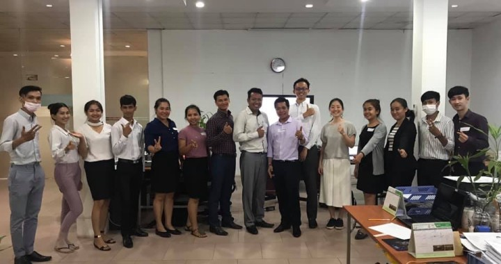カンボジアのベンチャー企業で実施した研修の後に撮った一枚。右から6人目がピープルフォーカス・コンサルティングの千葉達也氏