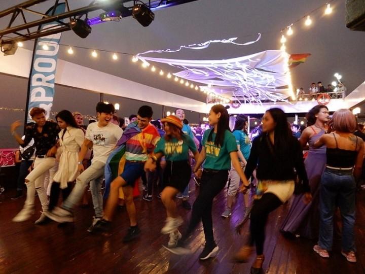 船上のパーティで盛り上がる参加者たち(ヤンゴン市内を流れるエヤワディ川で)