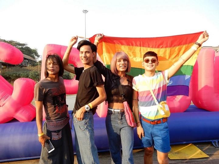 ボートパレードに参加したミャンマー人のLGBTIQたち