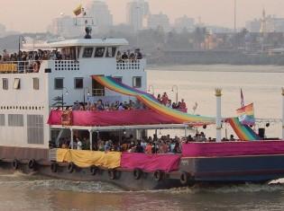 鮮やかに彩られた4隻の船がエヤワディ川をゆく(ミャンマー・ヤンゴン)