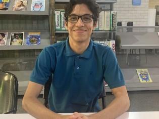 さわやかな笑顔のルイス・アルバラードさん。コロンビア・メデジンのベレン図書館で撮影