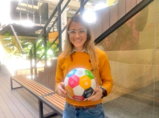 SDGsサッカーワールドカップ」(GGW杯)で使うサッカーボールをもつインパクト・ハブ・メデジンのスタッフ、ジュリアナ・デビラさん。8月のGGW杯に向け約1年かけて準備に取り組む(コロンビア・メデジンで撮影)