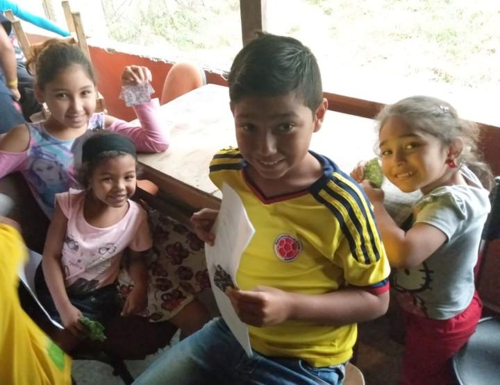 国内避難民が多く暮らすメデジン市アヒサル地区の子どもたち
