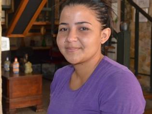 メデジンでの難民生活を語るデイシ・デオイさん。デオイさん一家は2019年12月に、コロンビア側の国境の街ククタを出発し、15日間泣きながら歩いてメデジンへやってきた(コロンビア・メデジンのホテルで撮影)