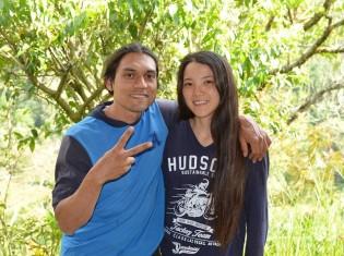 日本人の妻・松尾彩香さんと理想の生活を送るアルレックス・ラミレスさん(左)。生活は苦しいときもあるが、コーヒー作りに奮闘するその表情は明るい(コロンビア・アンティオキア州フレドニア)