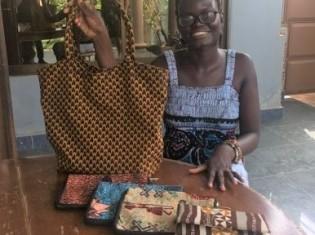 「アフリカ服を着る人は日本には少ないからビジネスチャンスがあるかも」と語るセナン・マリ・ダニエルさん。(ベナン・アボメカラビのホテルで撮影)