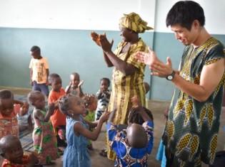 西アフリカ・ベナンのコトヌー漁港で再オープンさせた託児所で子どもたちの世話をする古田拓志さん。「話すことができなかった発達障害の子どもがフランス語を少しずつ発声できようになった。親子で毎日楽しそうに、僕の教えるフランス語を練習している」