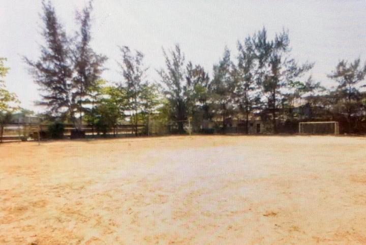 ドリームトレインの敷地内にあるグラウンド。子どもたちは、平日は朝7時半から8時半まで、土日は朝7時半から9時半までサッカーや野球をして遊ぶ