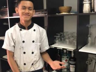 料理修行に毎日奮闘するシートゥーくん(ヤンゴンにある職業訓練レストラン「シュエサブエ」で撮影)