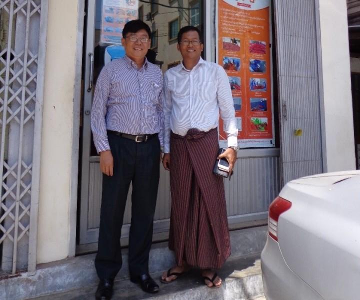 ナチュラル・ファーム・フレッシュ・ミャンマーの共同創業者であるネイウー氏(左)、ソーペイン氏(右)。2人は高校の同級生だ。(ヤンゴンにある事務所の前で撮影)