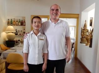 ヤンゴンにあるレストラン「シュエサブエ」のオーナーシェフのデイビーさん(右)と生徒のファイサさん(左)
