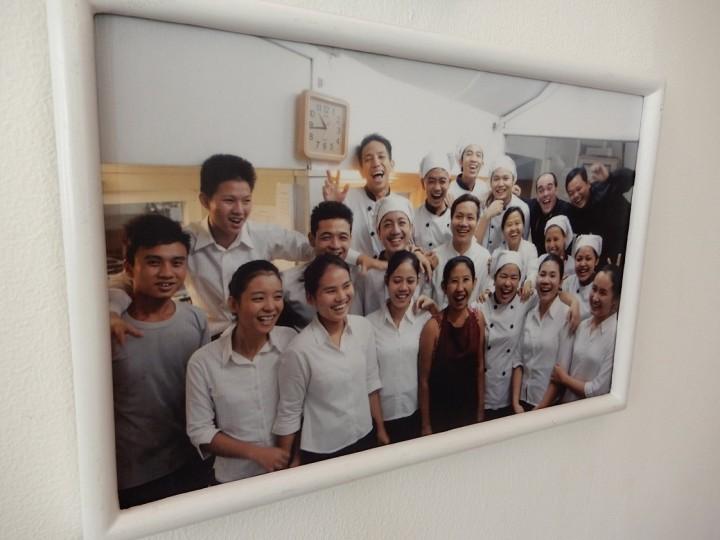 シュエサブエの入り口では、卒業生たちの笑顔の写真が客を迎えてくれる
