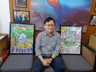 タンシンメッタのジーメン代表。両隣にある絵は、世界トイレの日2018ポスターコンテストの作品(ヤンゴンのオフィスで撮影)