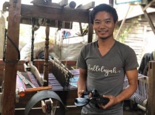 チュチュの工房で女性用のサンダルを作るカンチンパウさん。出身は、ミャンマー北西部のチン州(ヤンゴン・ダラ地区の工房で)